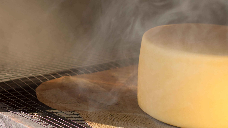 friss sajt a füstölőben