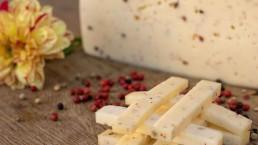 rózsaborsos érlelt sajt a sajttálon