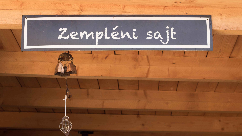sajtműhely cégtáblája a Tokaj hegy lábánál Tarcalon